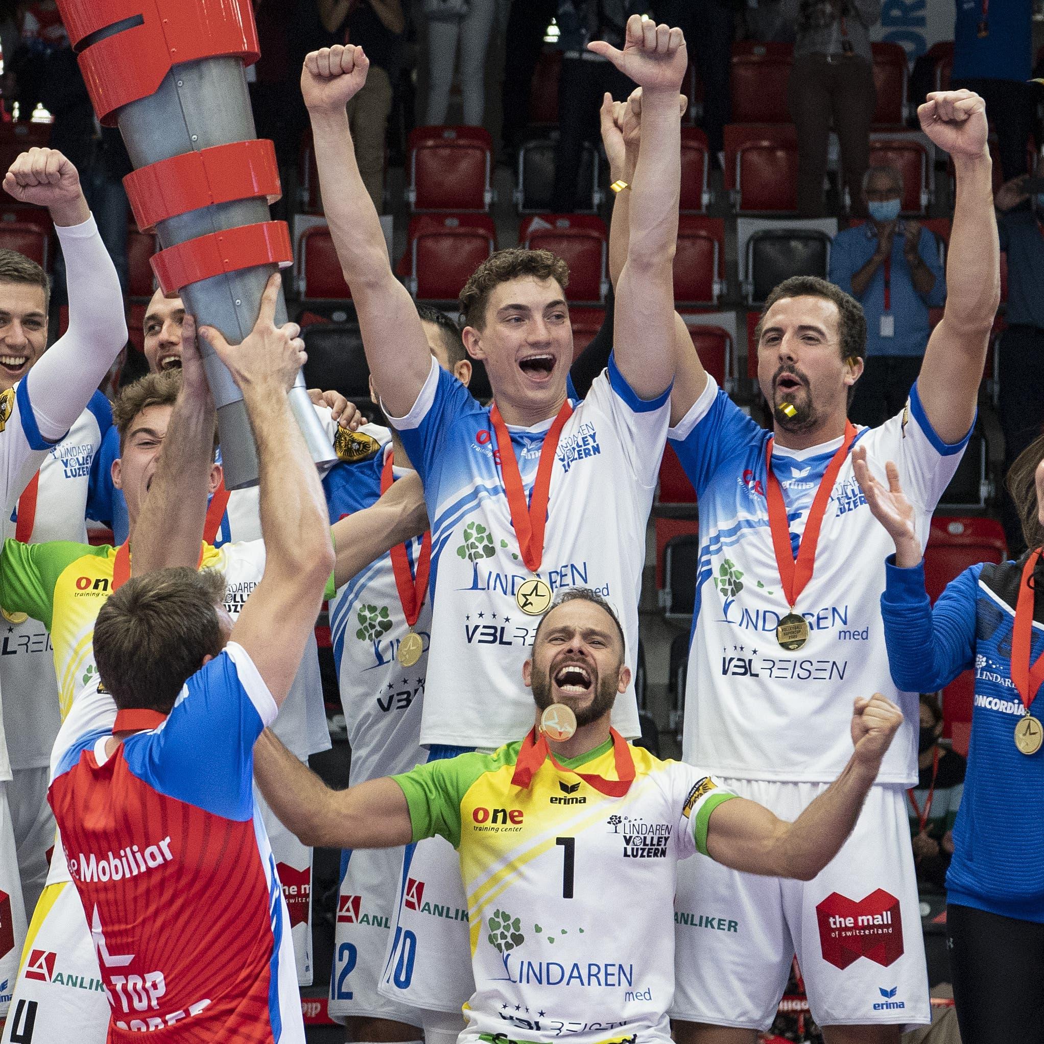 Luzerns Mannschaft und Betreuer feiern ihren Sieg.