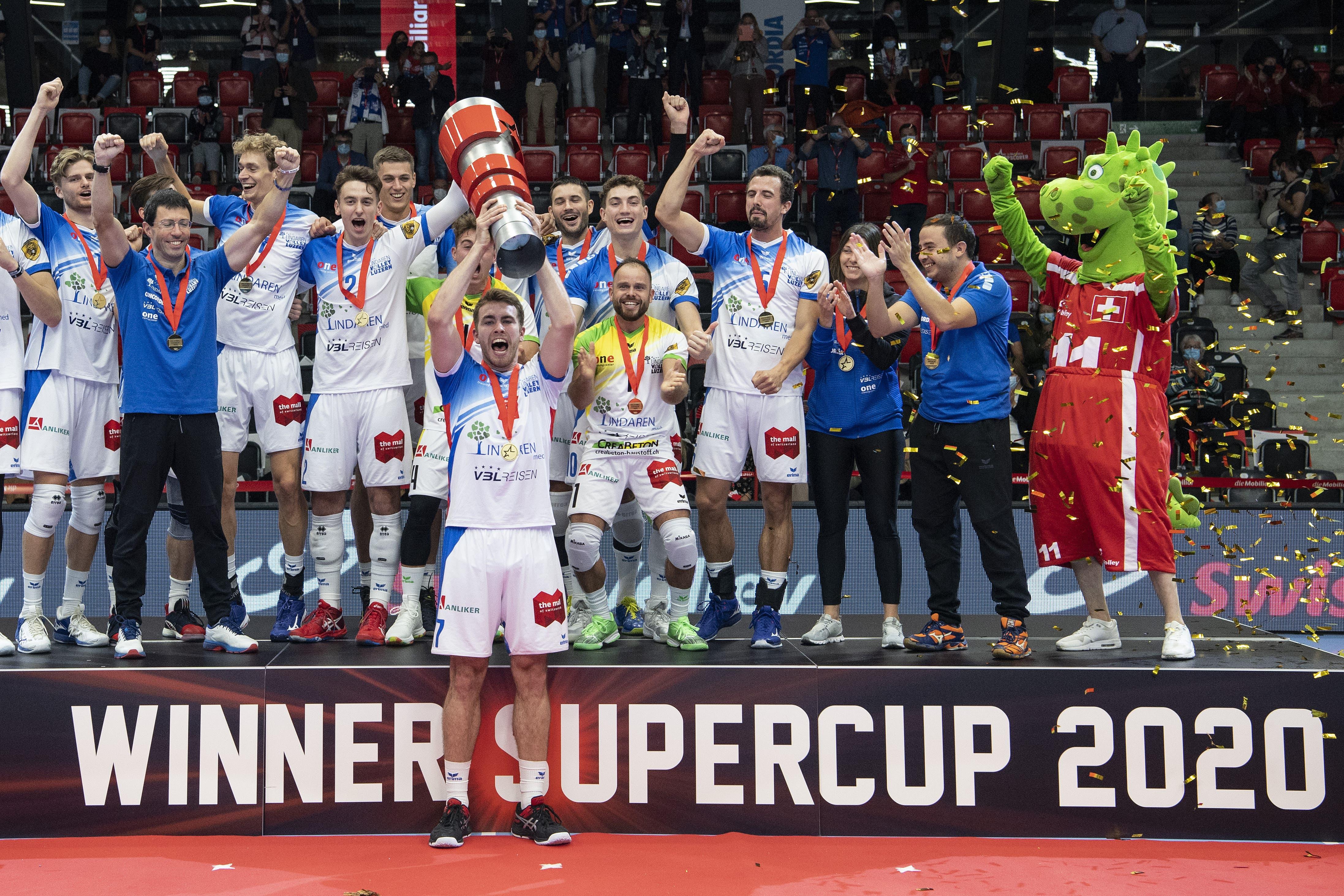 Luzerns Mannschaft und Betreuer feiern mit dem Maskottchen den historischen Erfolg.