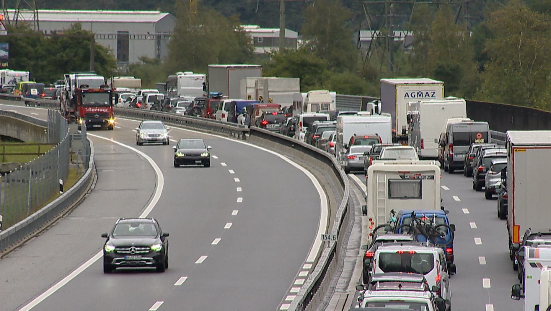 Über 10 Kilometer Stau vor dem Gotthard–rund zwei Stunden Wartezeit