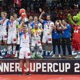 Volley Luzern (MalteNeubert mit Pokal) feiern ihren Sieg nach dem Supercup gegenLausanne UC. (Peter Schneider/Keystone (Gümligen, 26. September 2020))