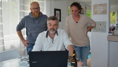 David Mächler, Stefan Diener und Nadja Bösiger-Wäckerlin (von links) studieren die Ergebnisse, welche für die SP wenig erfreulich ausgefallen sind. (Bild: Beat Lanzendorfer (Kirchberg, 27. September 2020))