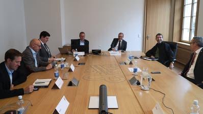Warten auf die Abstimmungsresultate (von links): Alexander Huser (Präsident Grüne), Raphael Bodenmüller (Präsident FDP), Mario Röthlisberger (Präsident CVP), Landschreiber Armin Eberli, Finanzdirektor Alfred Bossard, Thomas Wallimann (Referendumskomitee) und Roland Blättler (Präsident SVP). (Bild Martin Uebelhart (Stans, 27. September 2020))