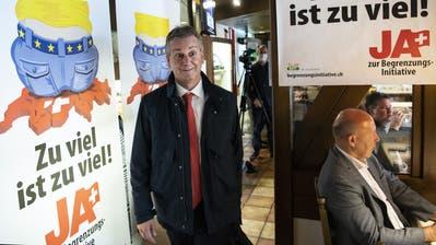 SVP-Präsident Marco Chiesa betritt am Sonntag den «Abstimmungshöck» der Begrenzungsinitiative-Initianten in Rothrist. (Peter Schneider / KEYSTONE)