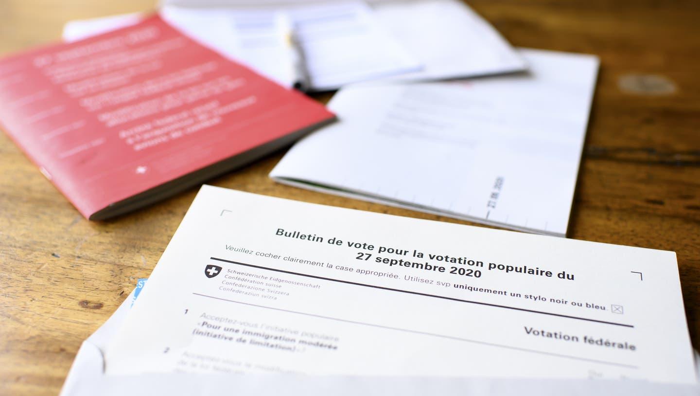 Das rote «Abstimmungsbüechli» traf bei vielen Auslandschweizern zu spät ein. (Symbolbild) (Keystone)