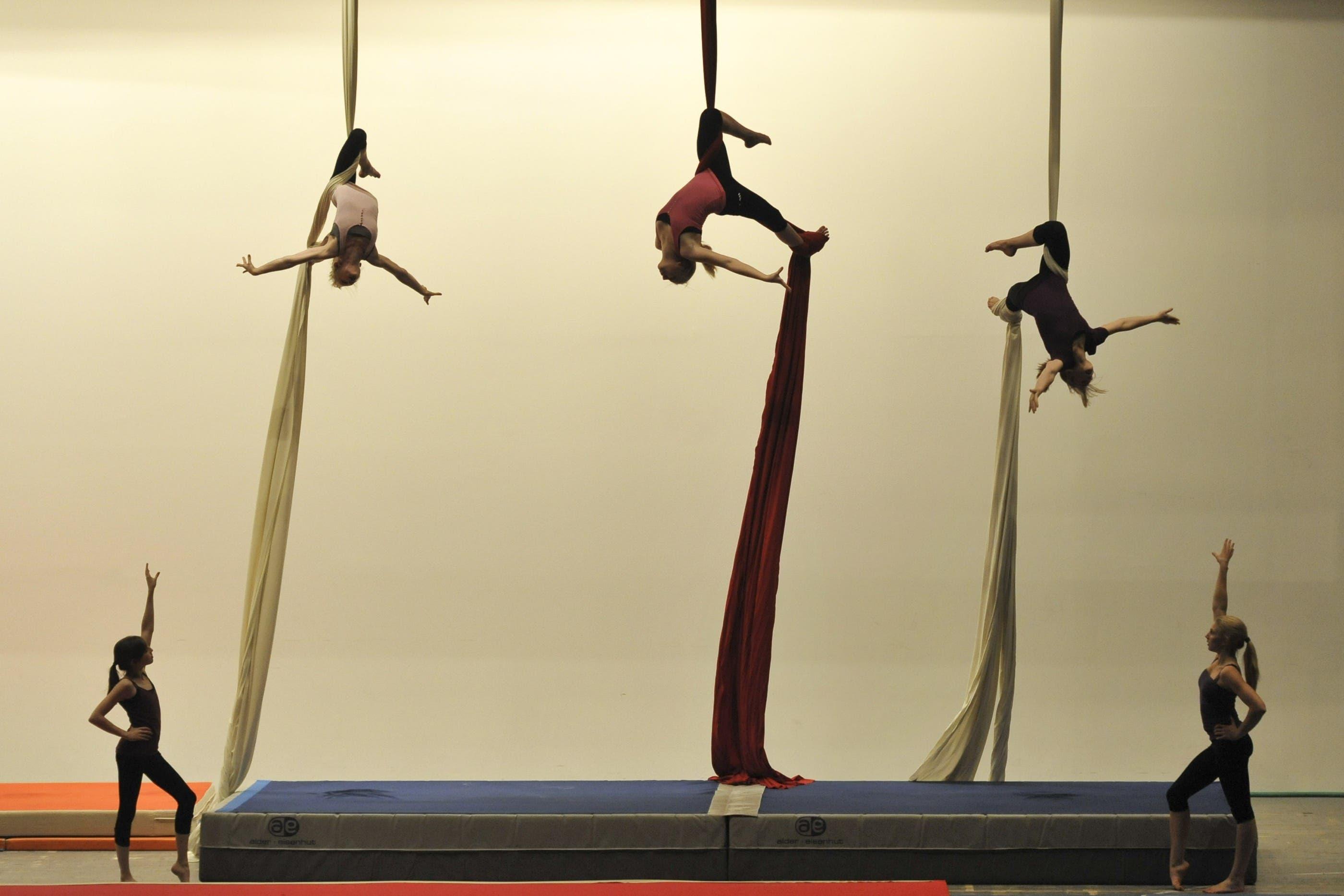 Die Kunstturnerinnen des BTV bis 16 Jahre zeigen Akrobatisches am Vertikaltuch und auf den Klassischen Turngeraeten.