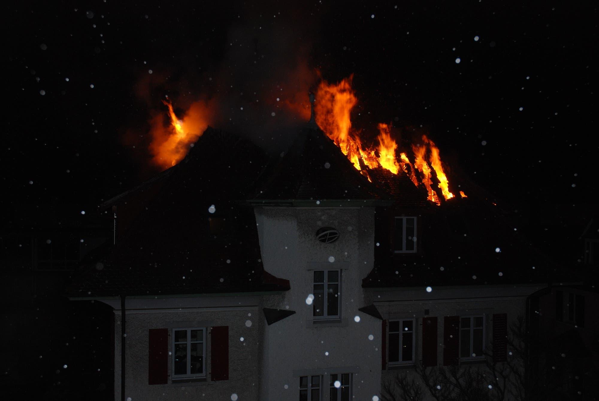 Dachstock-Brand Als die Feuerwehr nur Minuten später vor Ort eintrafen, stand der Dachstuhl bereits in Flammen. (Foto: Polizei Kanton Solothurn)