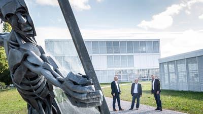 Markus Herzog, Leiter Betrieb Schulen Frauenfeld, Baukommissionspräsident Andreas Gachnang und Schulleiter Claudio Bernold beim neuen Standort des Brunnens. (Bild: Andrea Stalder)