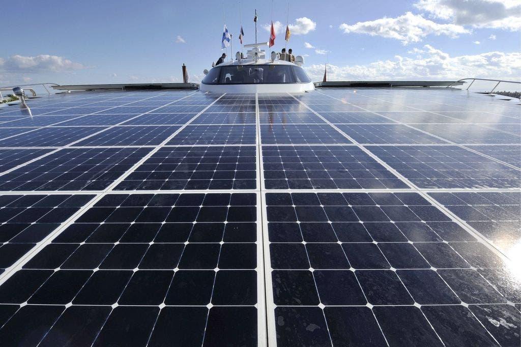 Die Sonnenkollektoren des Solarschiffs «Turanor». Das Solarschiff zeigt den Politikern die Alternativen zum Öl und Gas.