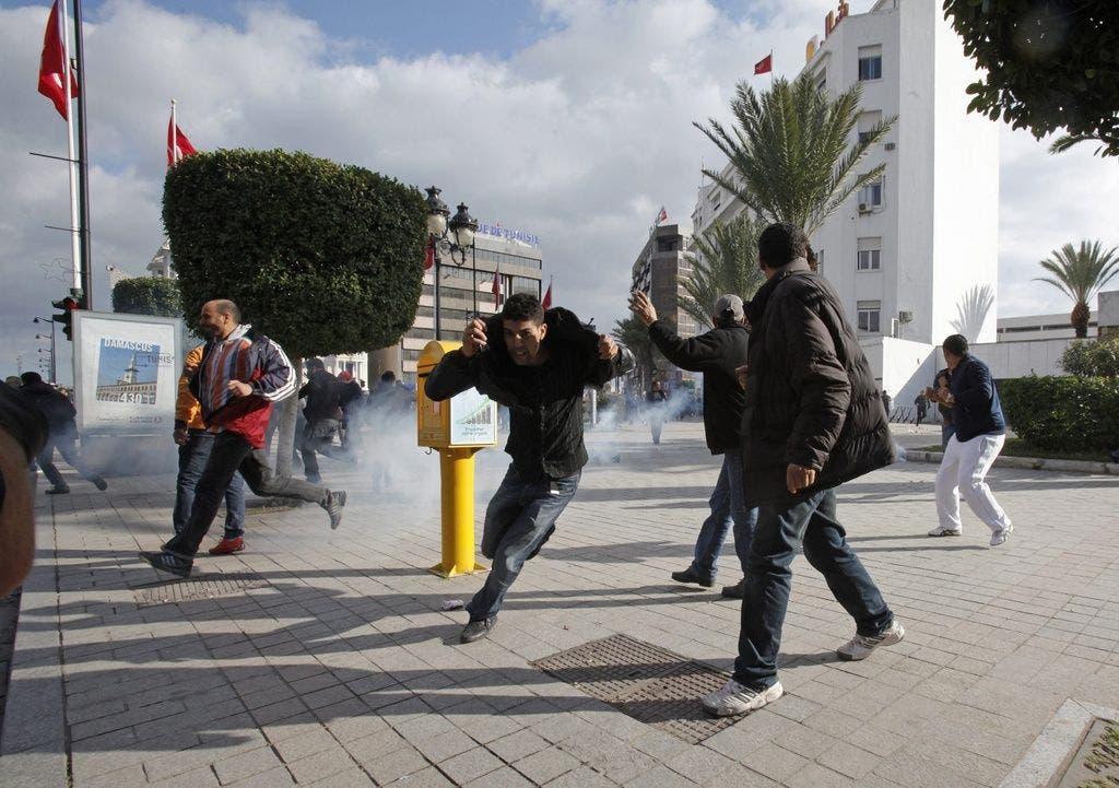 Mit Tränengas gegen die Demonstranten: Die Polizei geht hart gegen die Aufständischen vor.