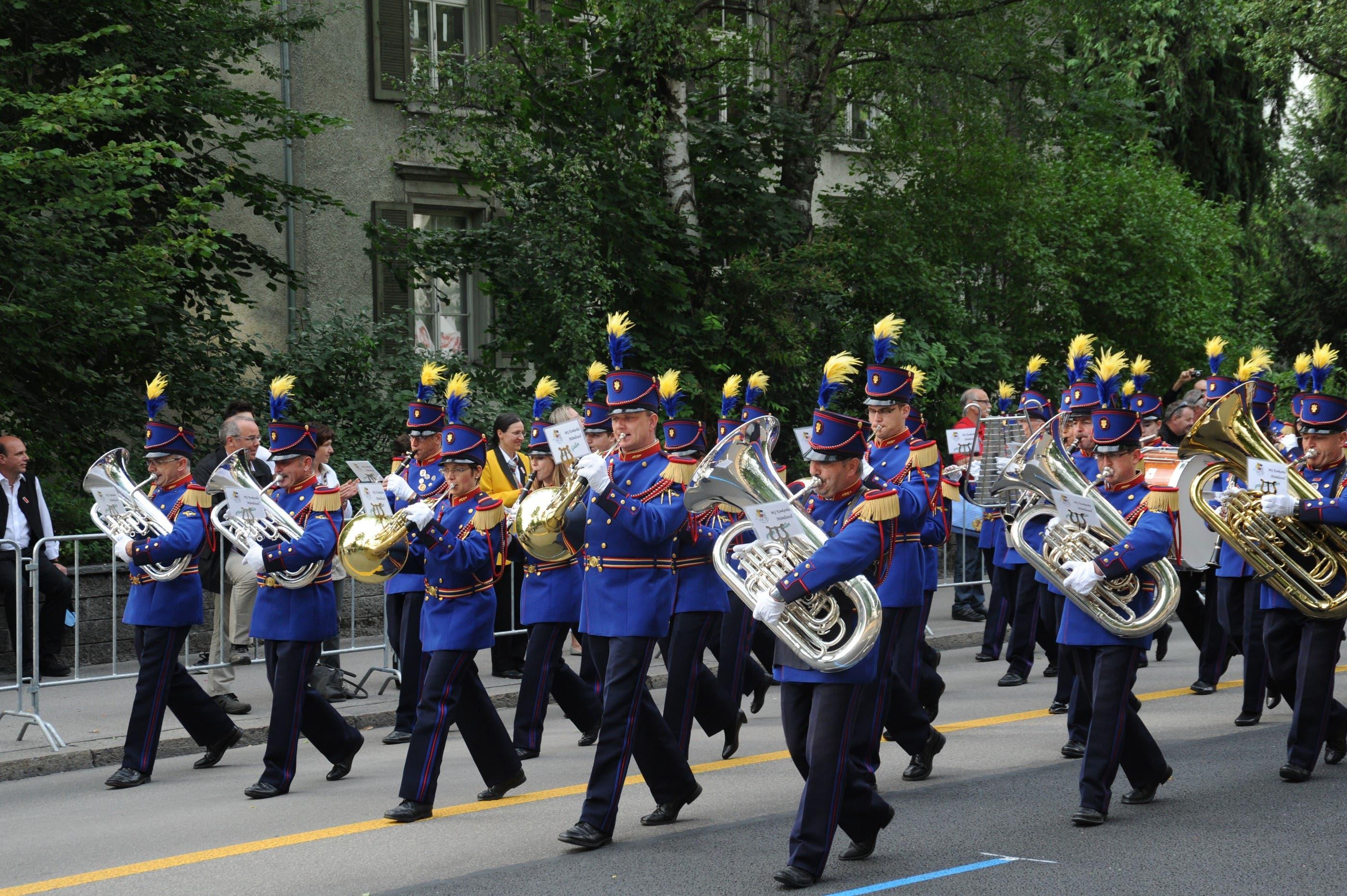 Die MG Konkordia Mümliswil ist mit in der historischen Uniformen eine Augenweide