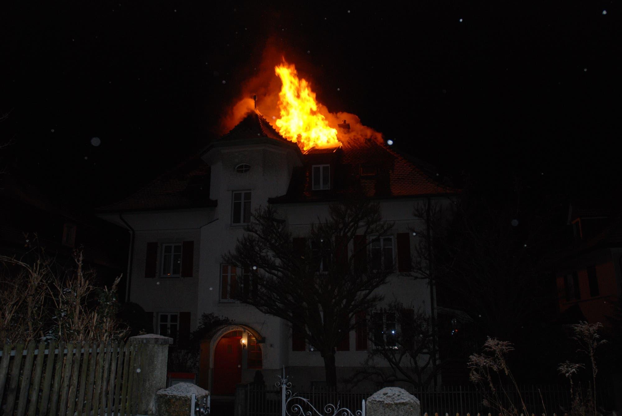 Dachstock-Brand Um 4.30 Uhr ging bei der Polizei der Notruf ein: An der Burgunderstrasse raucht es aus dem Dachstock eines 3-Familienhauses (Foto: Polizei Kanton Solothurn)