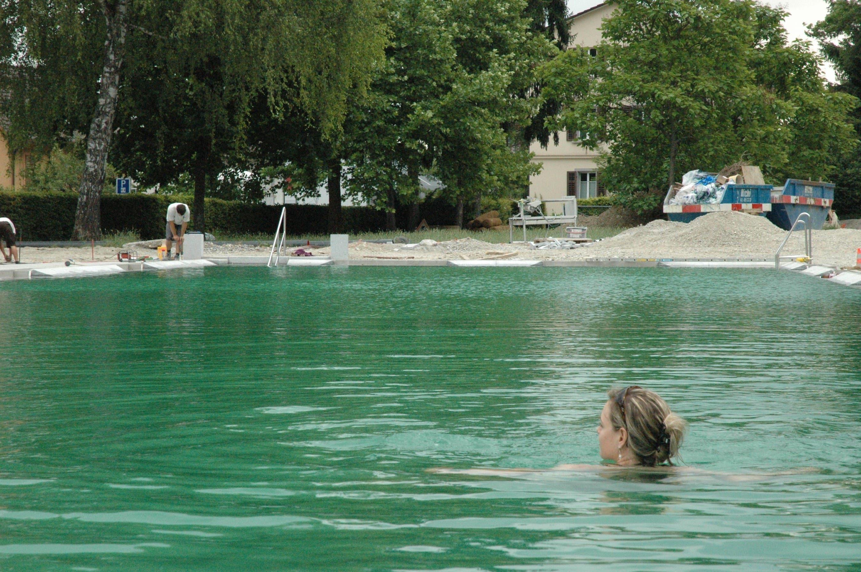Erste Schwimmzüge im biologisch gereinigten Wasser