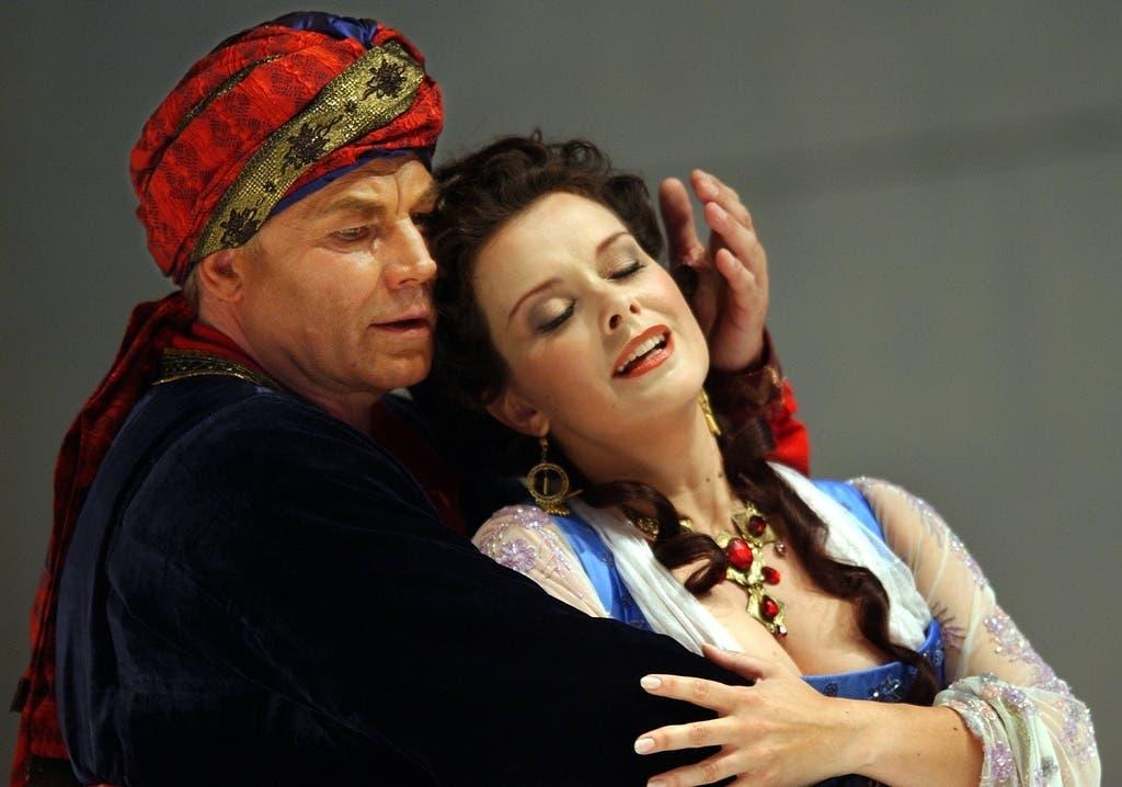 Klaus Maria Brandauer als Selim, links, und Malin Hartelius als Konstanze, rechts.