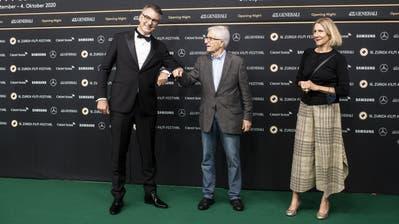 Rolf Lyssy (Mitte) an der Eröffnung des Zurich Film Festival zusammen mit Direktor Christian Jungen. (Bild: Ennio Leanza/Keystone)