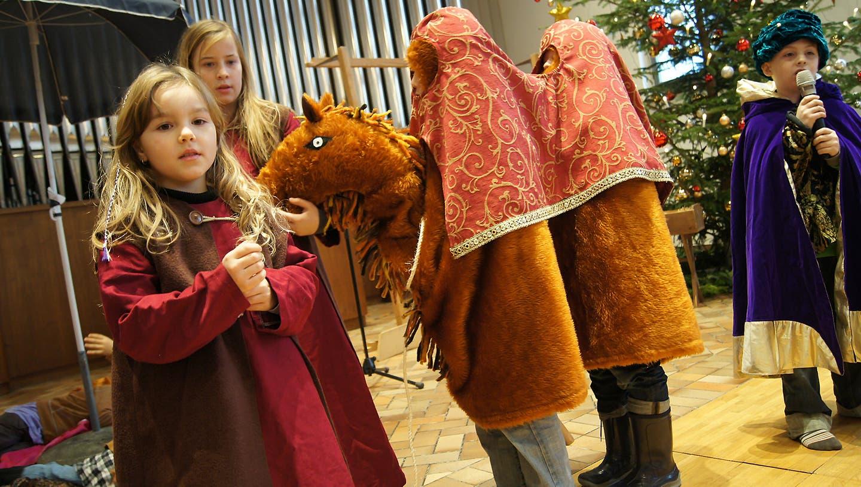 Das Kamel hat bei der Aufführung des Kinderchors null Bock
