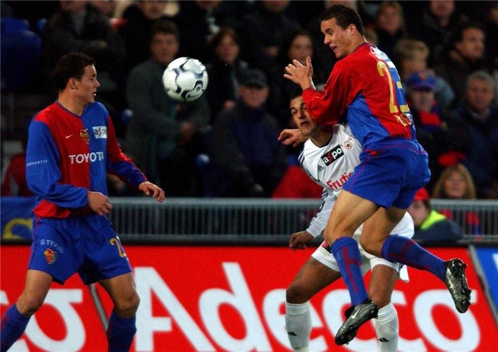 Die Zwillinge David (links) und Philipp Degen werden wie hier im Herbst 2003 gegen Thun in der Spielzeit 2012/13 wieder gemeinsam für Basel spielen.