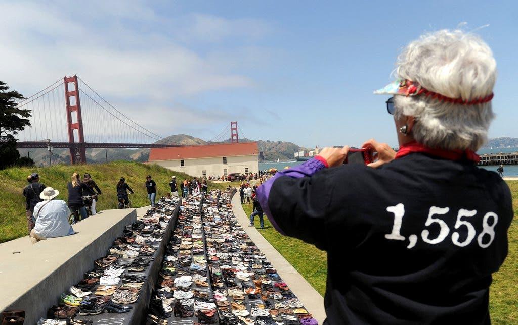In einer Ausstellung wurden 1558 Paar Schuhe aufgereiht. So wurde den Personen gedacht, die sich von der Brücke stürzten und sich so das Leben nahmen.