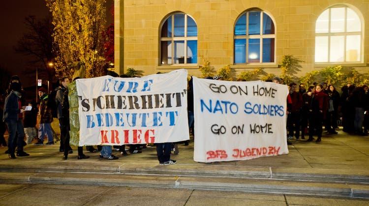 Proteste vor der Uni Zürich: «Nato nei, Rasmussen gang hei»