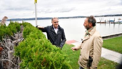 Gemeindepräsident Ueli Oswald und Gemeinderat Gerold Burger diskutieren die Höhe einer Hecke am Berlinger Ufer. (Bild: Donato Caspari)
