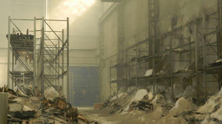 Millionenschaden bei Brand einer Lagerhalle in Rekingen