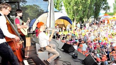 Liedermacher Andrew Bond lockte zahlreiche Familien auf die Grün 80