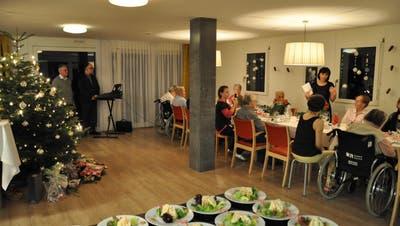 15 Senioren feiern in Würenlos Weihnachten