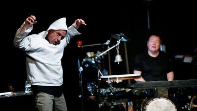 Auch Walter Sigi Arnold und Beat Föllmi werden heuer wieder auf der Kellertheaterbühne zu sehen sein. Ausschnitt aus einer ihrer musikalischen Lesungen; «Frischs Tell – wie es wirklich war». (Bild: Stefan Kaiser)