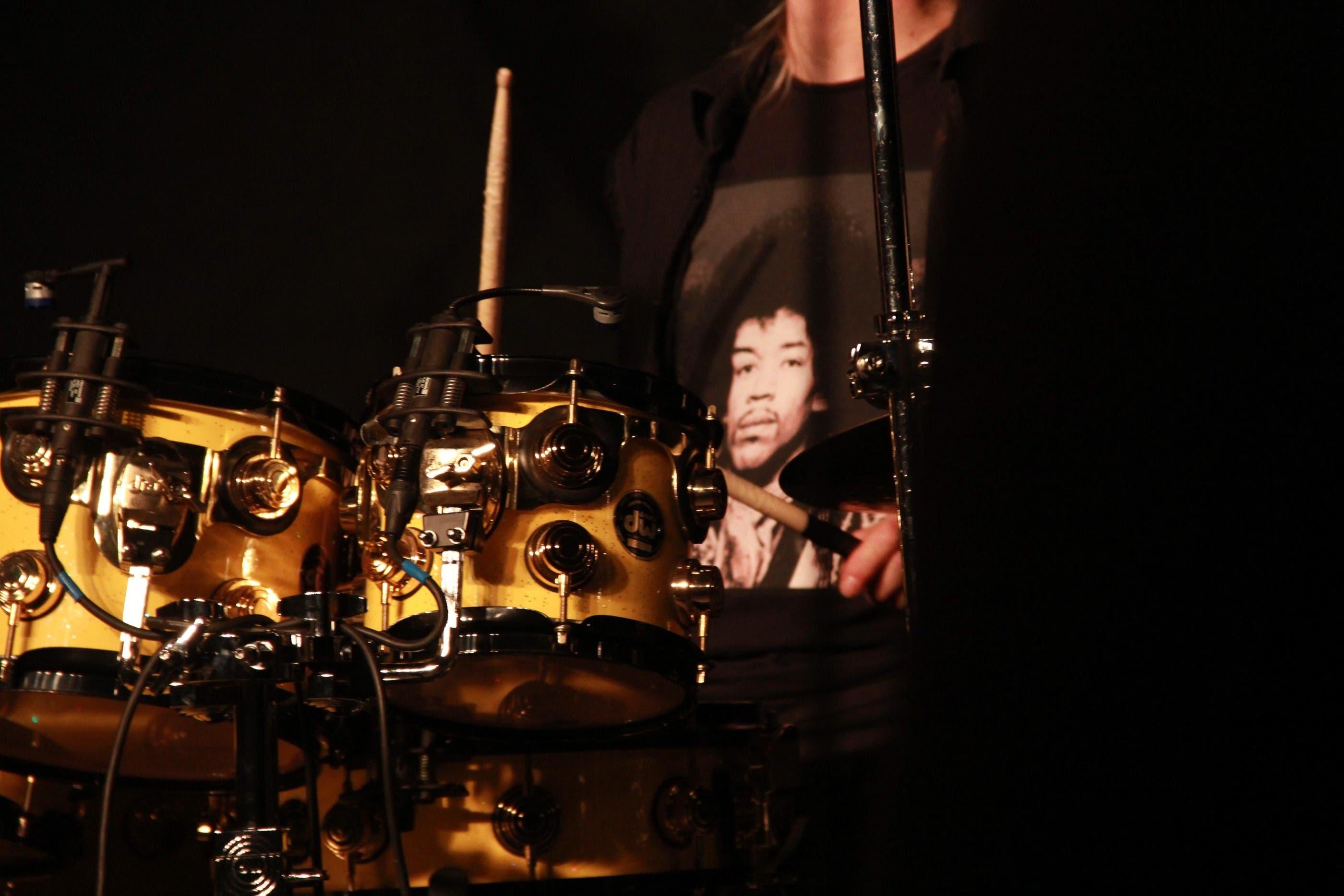 Jimi ist allgegenwärtig, auch auf dem T-Shirt des Drummers