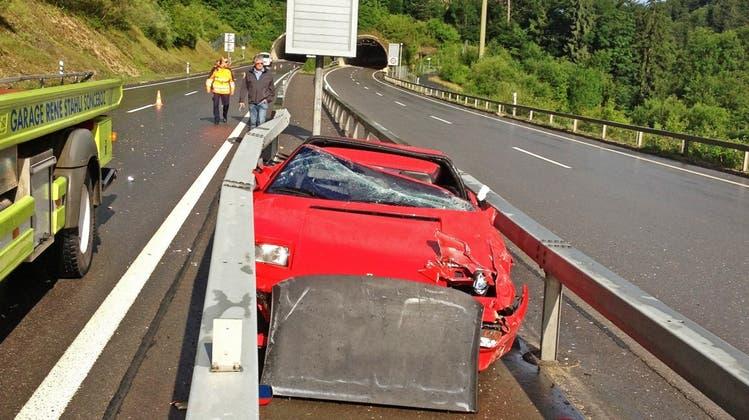 Ferrari hebt nach Unfall ab und landet zwischen den Leitplanken