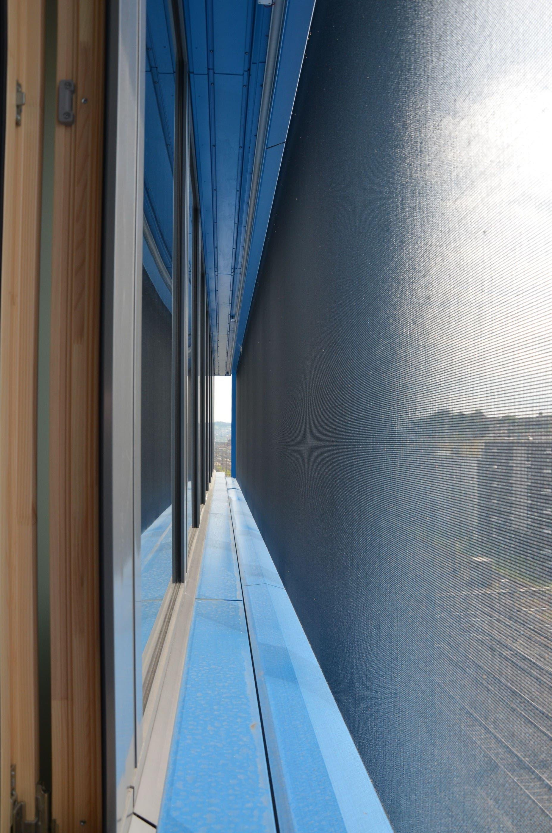 Der Trick: Diese feinmaschigen Metallnetze verbergen die zahlreichen Fenster in dern oberen zwei Geschossen des Gebäudes vor den Blicken von Aussen.