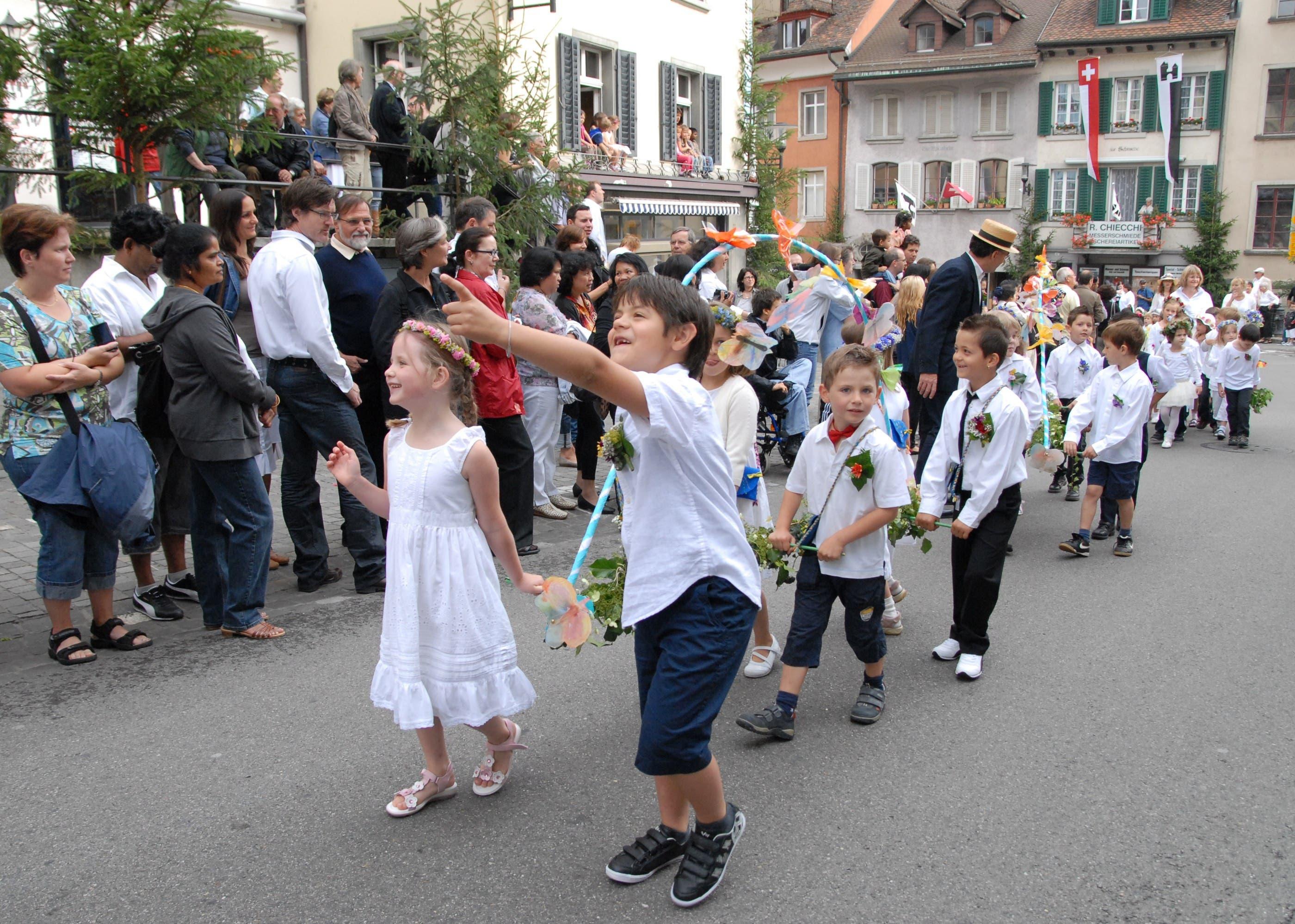 Brugger Schülerinnen und Schüler laufen beim Rutenzug mit