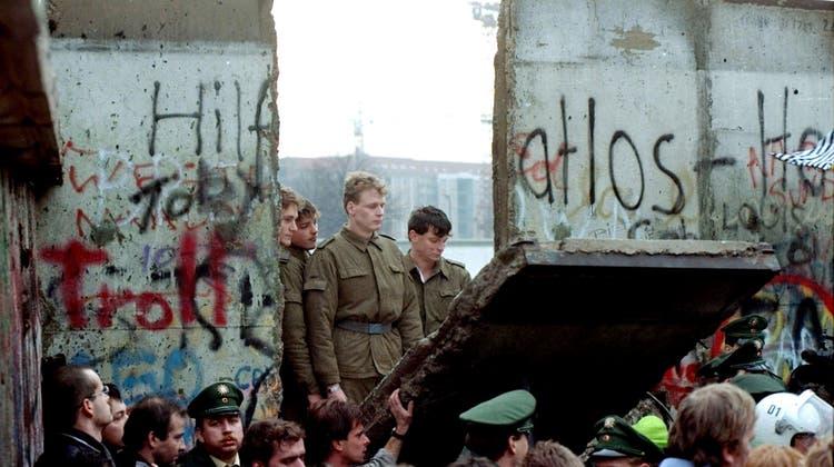 Rund eine Million Menschen feierten in Berlin wie hier auf der Strasse 'Unter den Linden' in der Nacht zum 3. Oktober 1990 die wiedergewonnene deutsche Einheit. (Keystone)