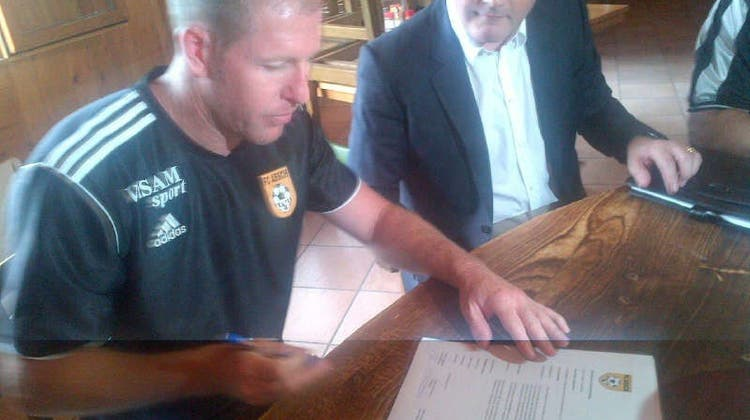 Hier unterschreibt Scott Chipperfield seinen Vertrag beim FC Aesch