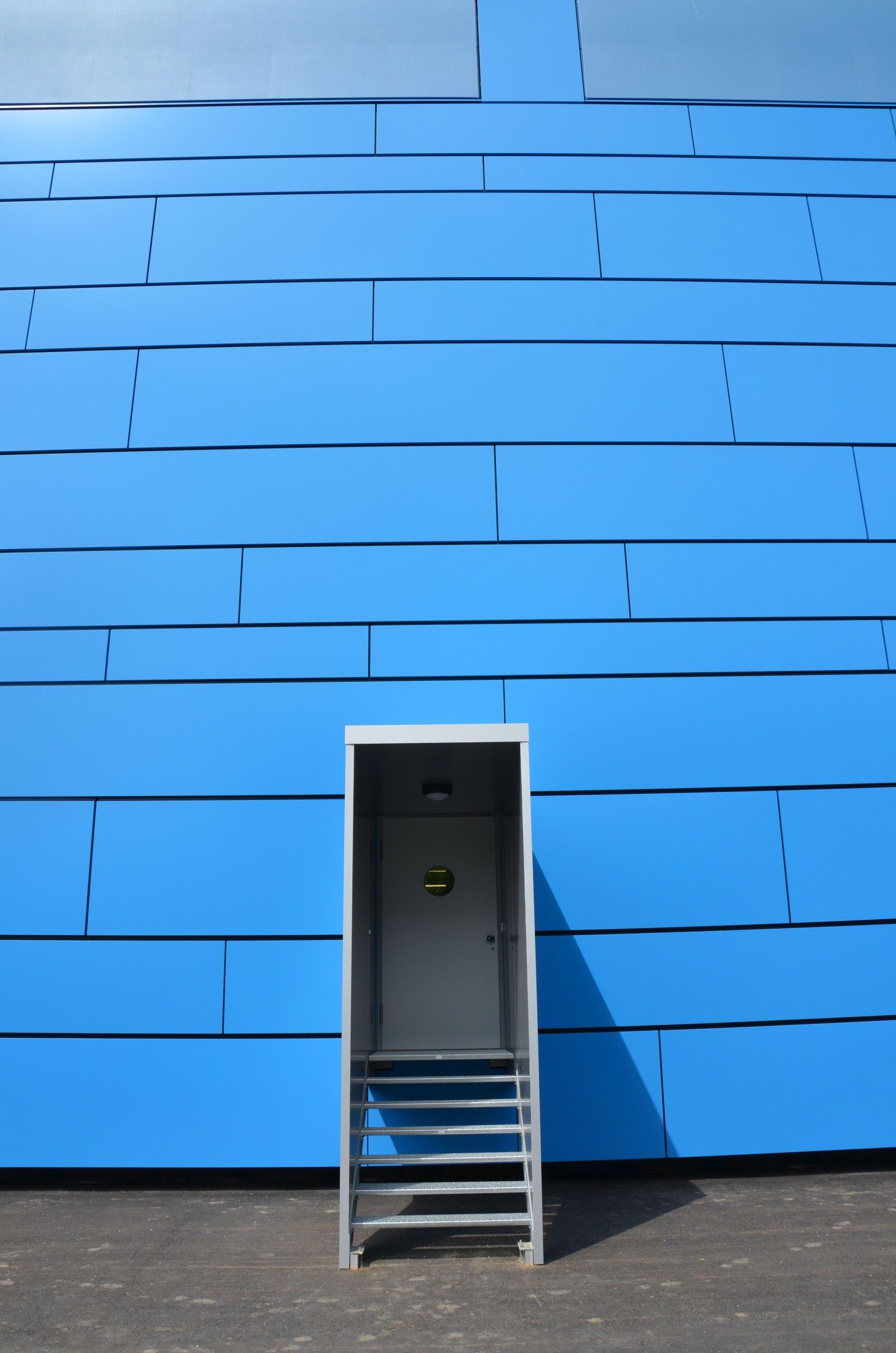 Lediglich die Notausgänge ragen aus der Fassade hervor.
