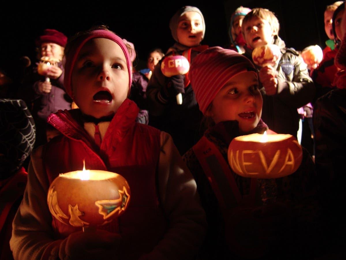 Mit selbst geschnitzten Räben und Laternen brachten die Kinder von Geroldswil Licht ins Dunkel der Nacht.