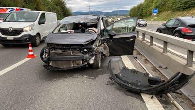Die Junglenkerin prallte in eine Mauer, daraufhin wurde das Fahrzeug über die Fahrspuren in die Leitplanke geschleudert. (Bild: Zuger Polizei)
