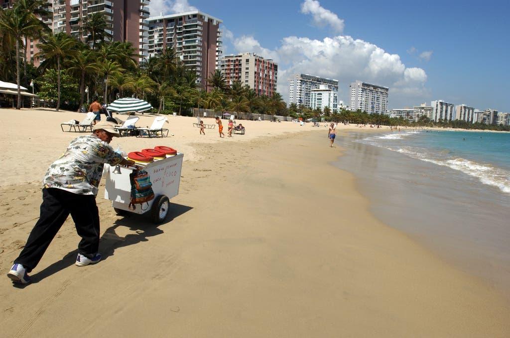 Ein Eisverkäufer am Strand auf der «Isla Verde» in San Juan. Hier tummeln sich die meisten Touristen tagsüber