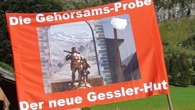 Unter den markanten Urner Bergen stehen die Banner für die Kundgebung bereit. (Bild: PD/ Urner Zeitung)