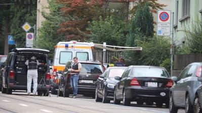 Neben der Polizei sind auch mehrere Rettungswagen vor Ort. (Bild: Raphael Rohner)