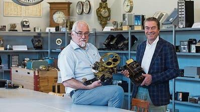 Jakob Widmer (links) mit Uhr und Ulrich Straub mit Stromzähler im Ausstellungsraum. (Bild: Matthias Jurt (Neuheim, 3. September 2020))
