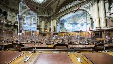 Aus dem Blickwinkel eines Parlamentariers: Die Arbeitsplätze der National- und Ständeräte wurden mit Plexiglaswändenausgestattet. Im Bild ist der Nationalratssaal. (Peter Schneider / KEYSTONE)