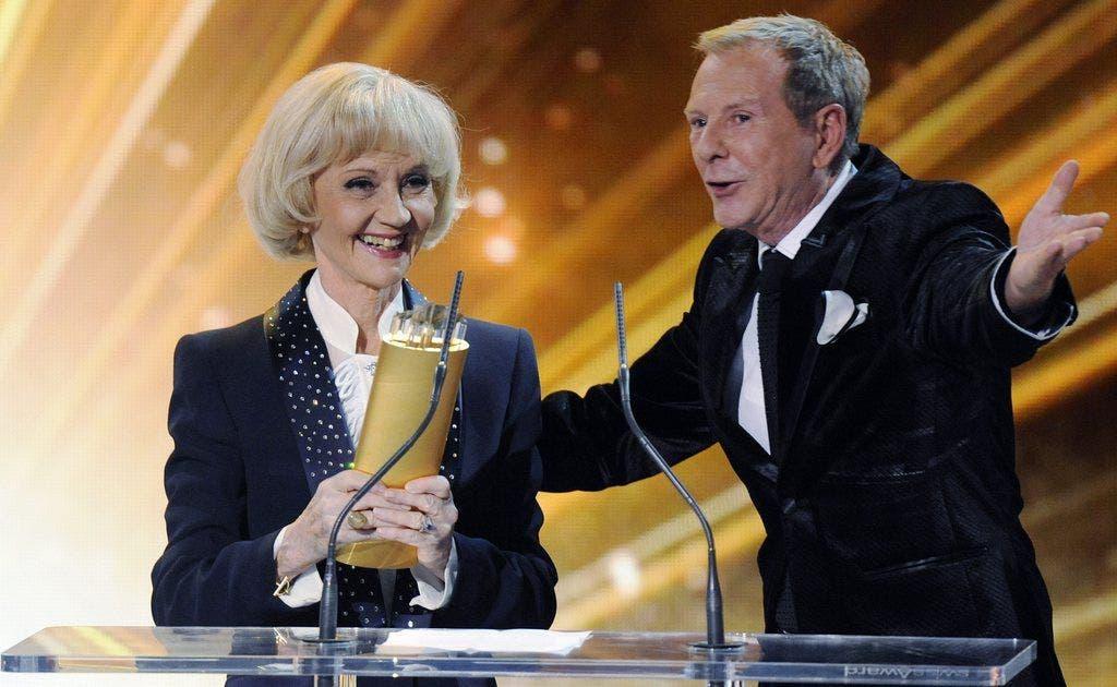 Kurt Aeschbacher mit Liselotte Pulver.Der TV-Moderator überreichte der Actress im Januar 2012 den Lifetime Award bei den Swiss Awards.