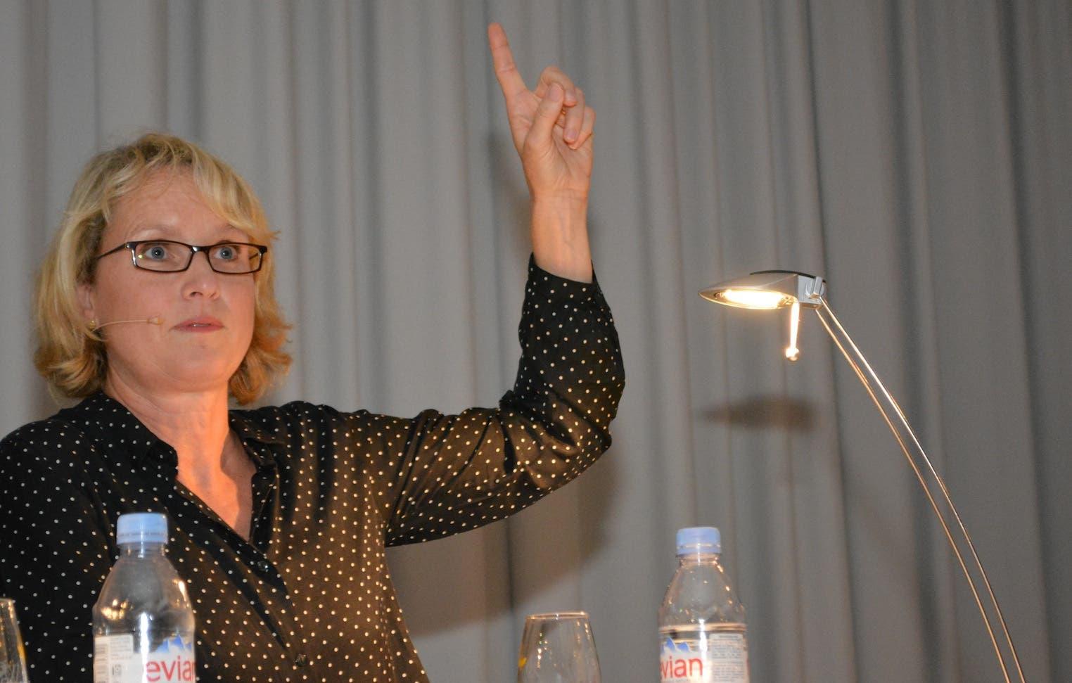 Sybil Schreiber Schreiber holt zum Gegenschlag aus und spitzt schon mal den Finger und die Zunge.