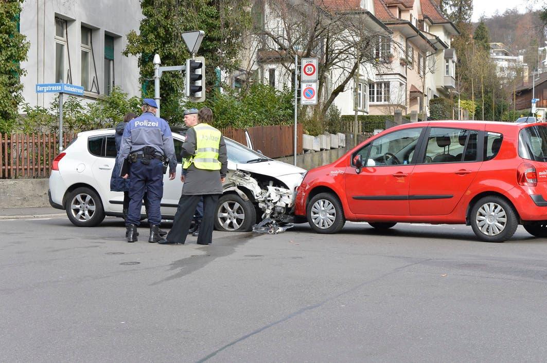 Der weisse Peugeot des Unfallfahrers erlitt erhebliche Schäden, der Fahrer selbst war nicht mehr ansprechbar als die Polizei eintraf.
