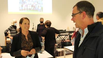 Primarschulpräsidentin Bettina Gasser nach ihrer ersten Gemeindeversammlung im Gespräch mit Fachlehrer Adrian Rieder. ((Bild: Manuela Olgiati))