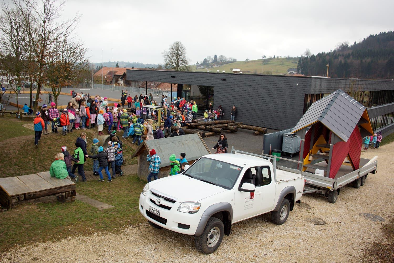 Geschäftsleiter Jürg Affolter von Holzbau Moosmann aus Rüti transportierte die Brücke