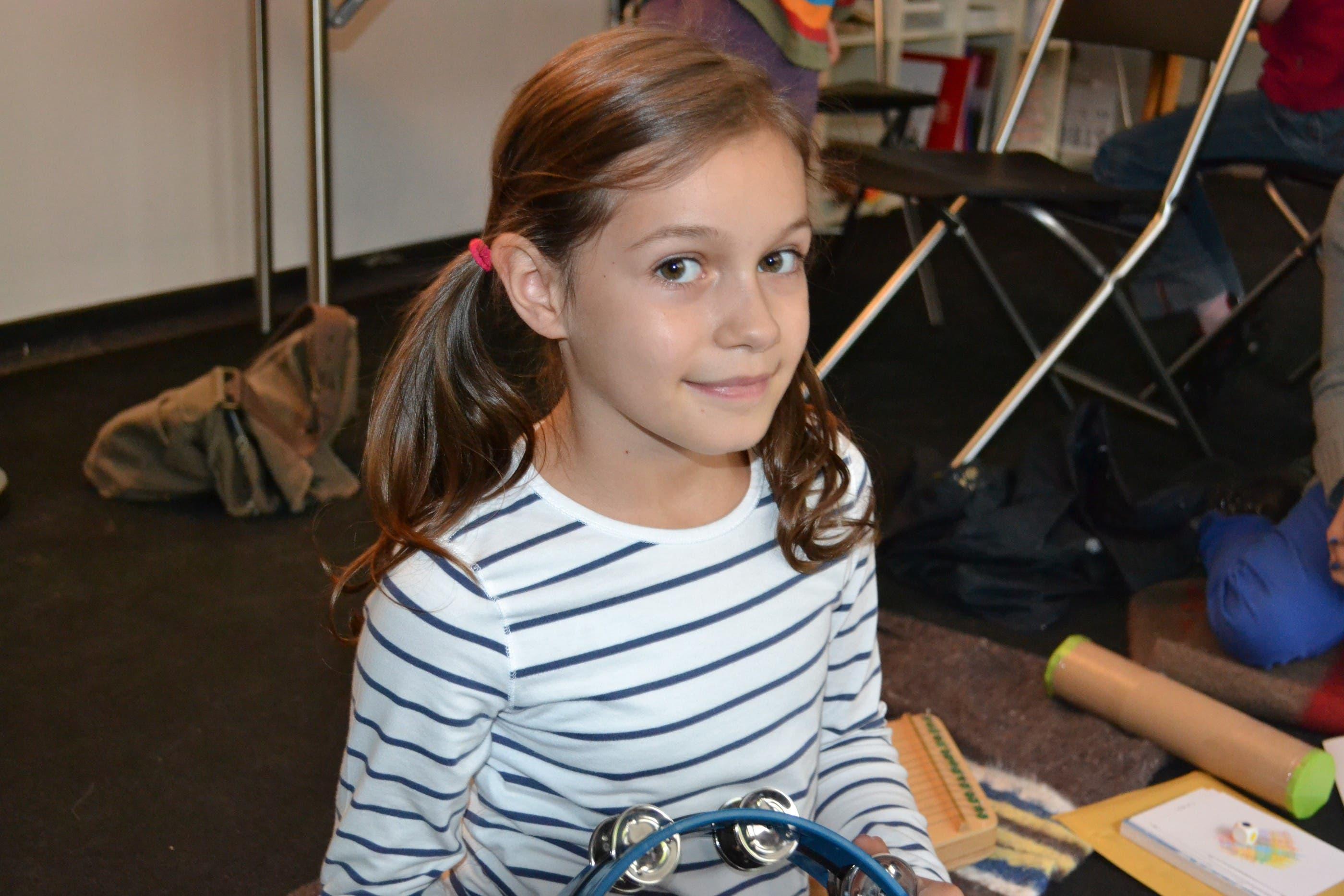 Leonie (9) «Hier ist alles freiwillig, das finde ich besonders toll. Ich kann immer selber entscheiden, ob ich bei einem Spiel mitmache oder nicht. Ausserdem finde ich den grossen Steinhaufen, der im grossen Saal liegt, sehr faszinierend. Am besten gefallen hat mir das Tisch-Gipsen.»
