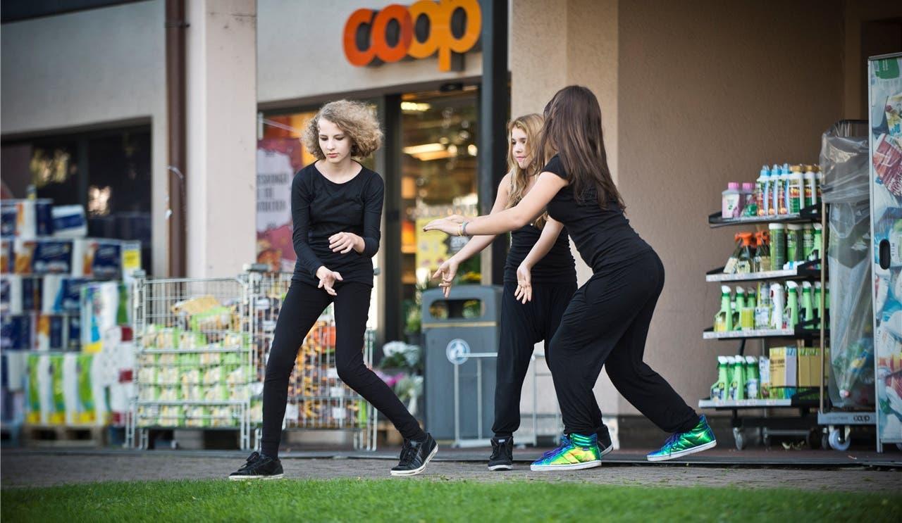 Sophia, Sonora und Jovana (v.l.) ziehen mit ihrem Tanz vor dem Coop die Blicke auf sich.Annika Bütschi