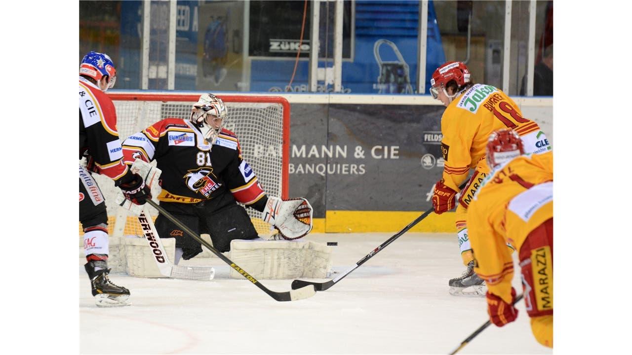 Eishockey NLB: EHC Basel Sharks – SCL Tigers am 11.02.2014 in der St. Jakob-Arena, Basel Basels Goalie Urban Leimbacher (l.) pariert den Schuss von Tigers Tobias Bucher Foto: Uwe Zinke