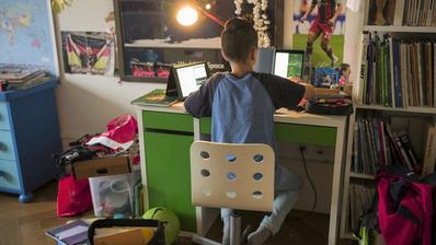 Ein Schüler lernt während des Corona-Fernunterrichts zu Hause. (Bild: Alessandro della Valle/Keystone)